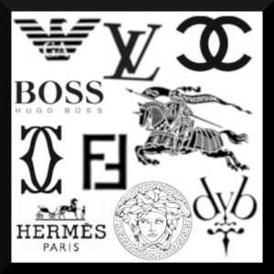 Les marques, de vêtements notamment, permettent d'afficher l'appartenance à une certaine classe sociale, souvent plus élevée que celle à laquelle on appartient réellement.